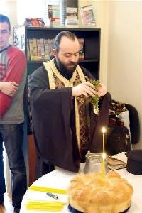 Свещеник Георги Георгиев извършва Малък водосвет. Снимка: Монитор.бг