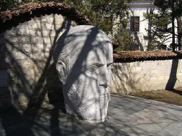 Паметникът на МакГахън в град Елена. Източник: ivoso.blog.bg