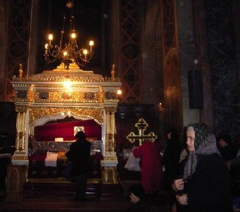 Поклонение пред св. мощи на преподобната Параскева - Петка в митрополитската катедрала в гр. Яш, Североизточна Румъния