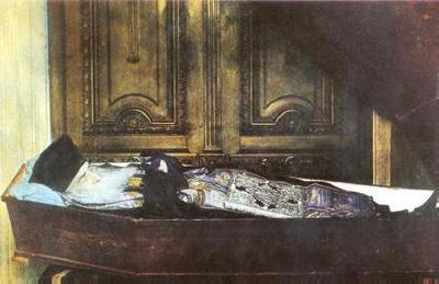 """Мощите на св. Нектарий в основания от него девически манастир """"Св. Троица"""", който след смъртта му е наречен в негова чест - място на поклонение на православни от цял свят."""