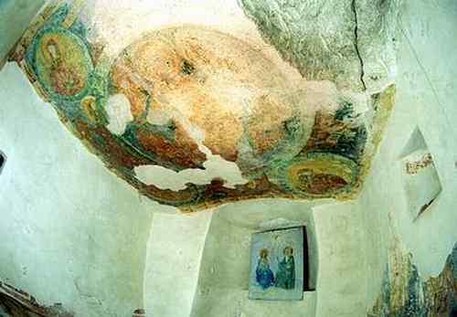 Параклисът в Аладжа манастир - олтарът и стенописът от тавана